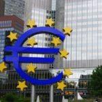 Евро после рекордных значений начала недели потеряло почти 30 рублей